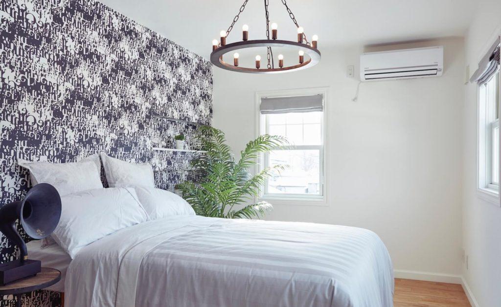 輸入住宅デザインのビルトインガレージの寝室