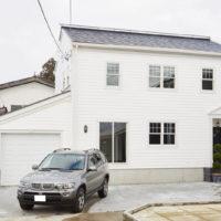 輸入住宅デザインのビルトインガレージ