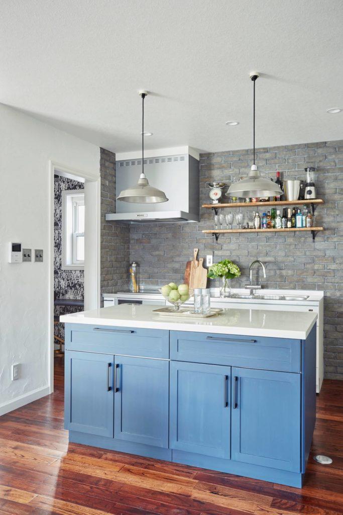 輸入住宅デザインのビルトインガレージのキッチン