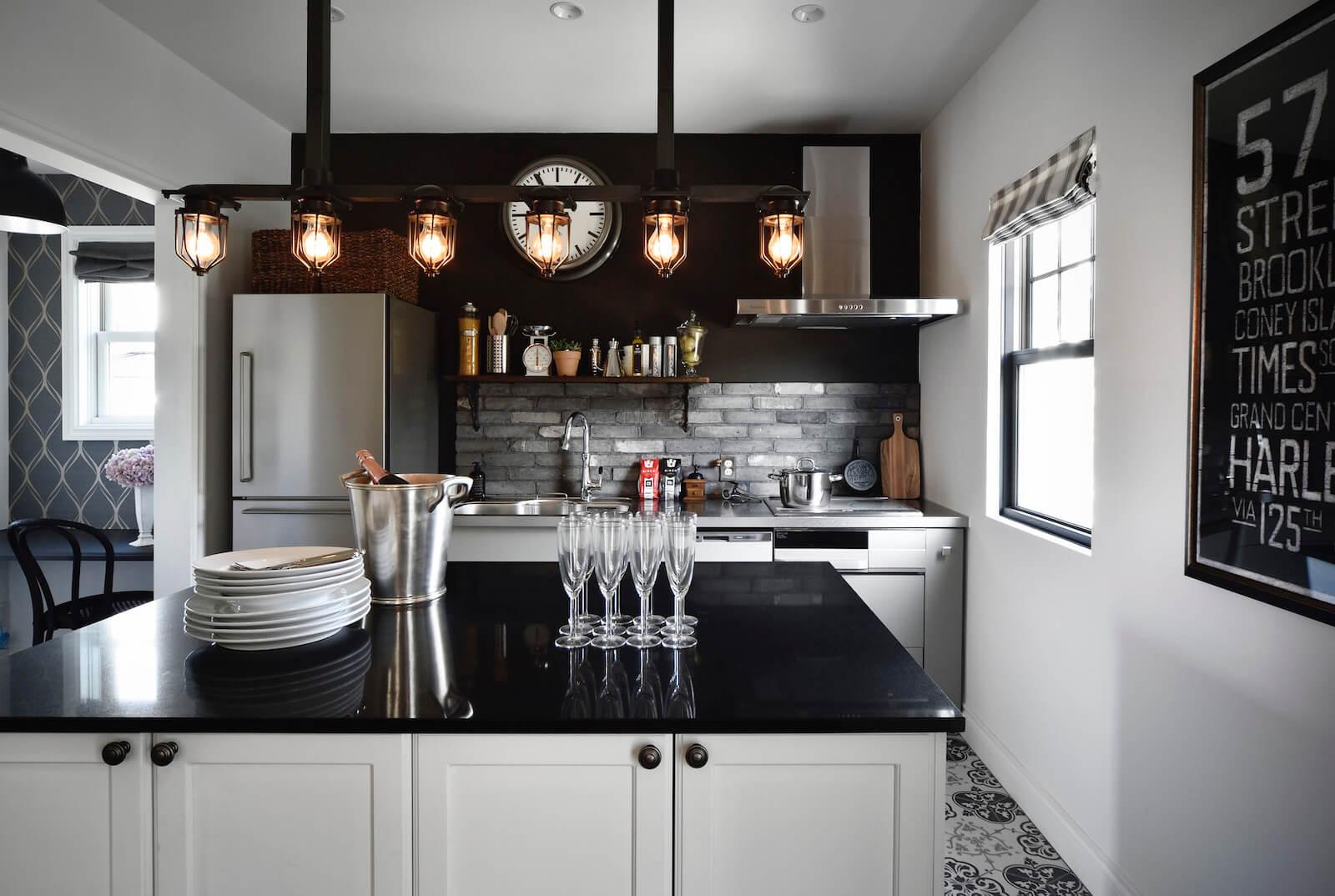 ブルックリンスタイルのビルトインガレージの輸入住宅のキッチン