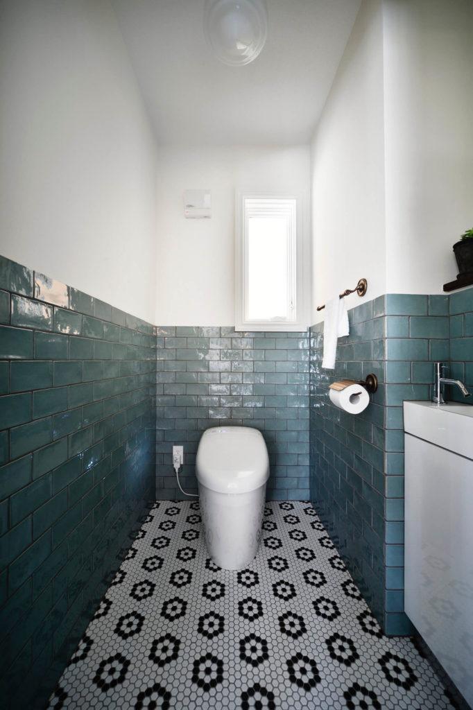 ブルックリンスタイルのビルトインガレージの輸入住宅のトイレ