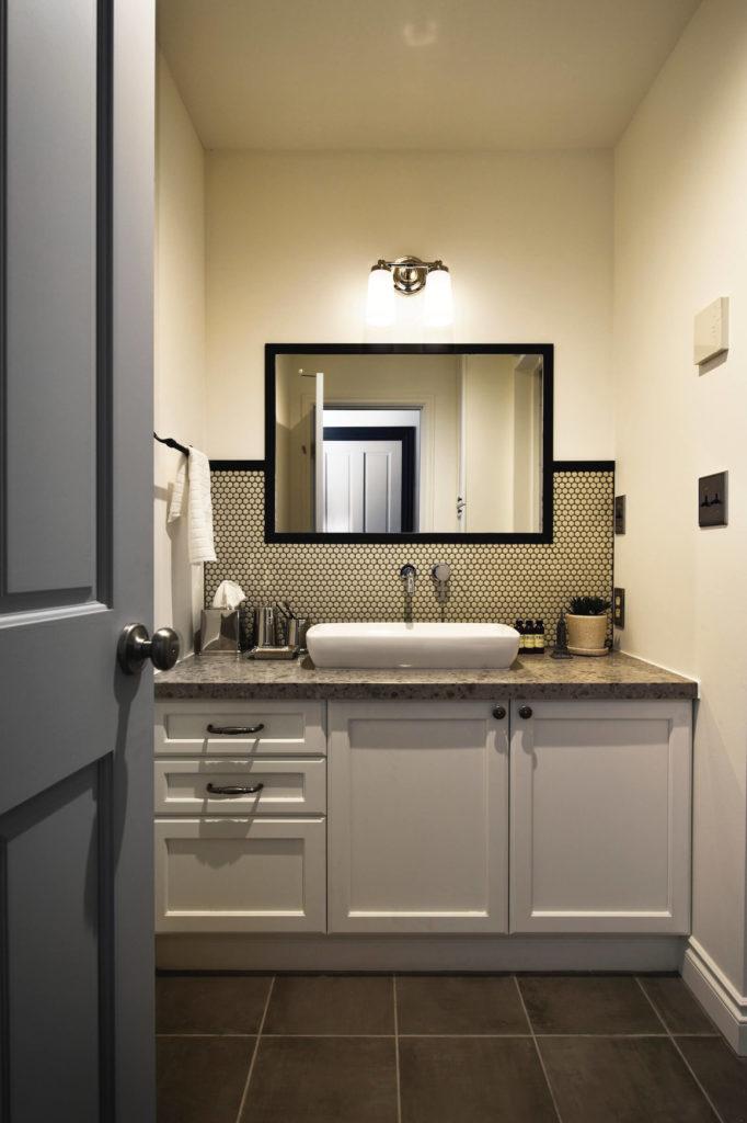ブルックリンスタイルのビルトインガレージの輸入住宅の洗面台