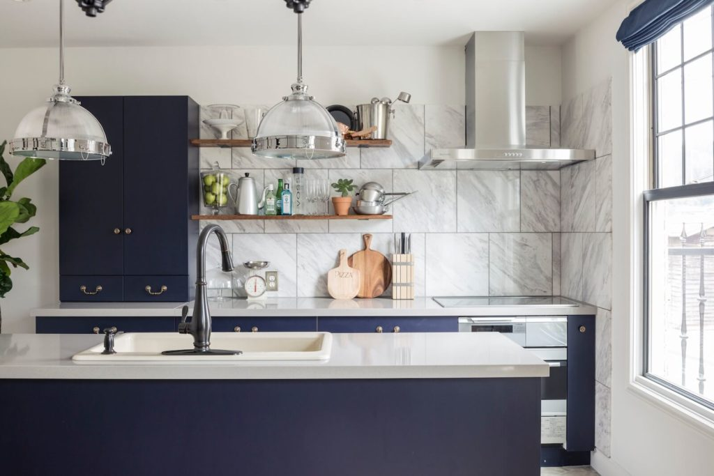 ニューヨークマンハッタンのビルトインガレージの家のキッチン